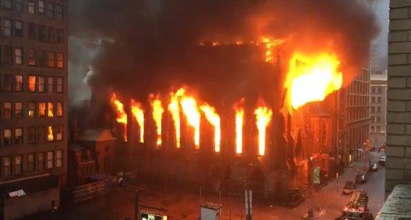 Пожарные Нью-Йорка пробуют справится спожаром: полыхает сербский православный храм