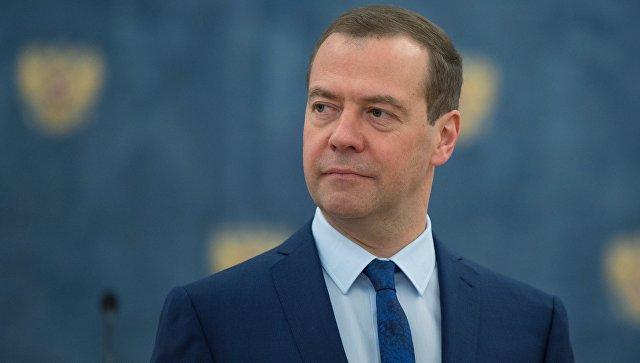 Премьер поздравил страну открыткой смедведем