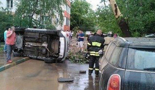 ВСокольниках вырвавшийся из-под земли фонтан воды перевернул машину