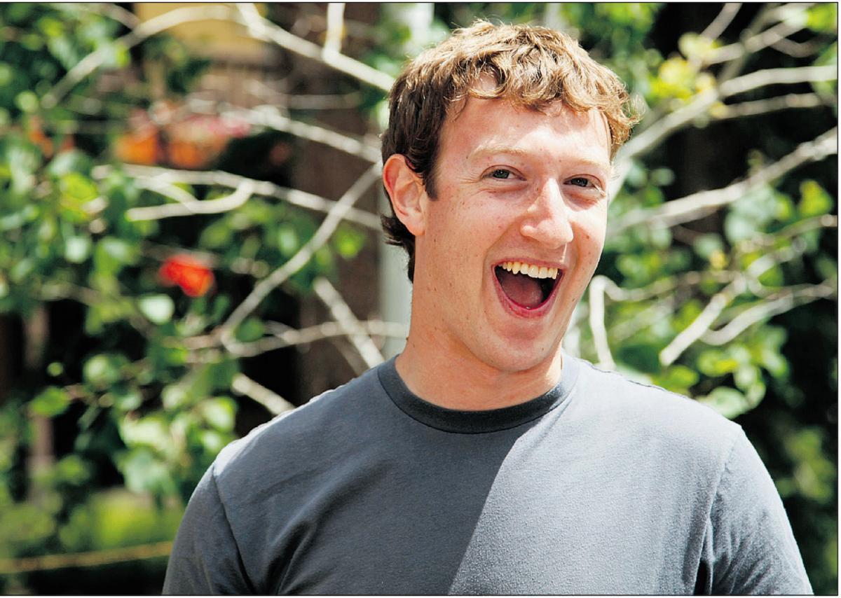 Цукерберг заклеил свою веб-камеру и микрофон скотчем