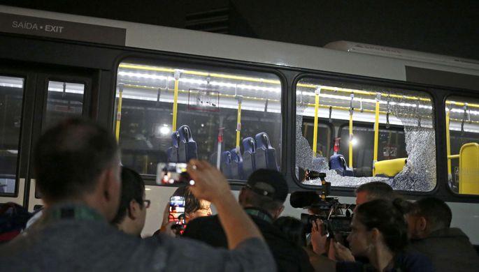 МОК: Автобус с корреспондентами вРио забросали камнями, ноне обстреляли