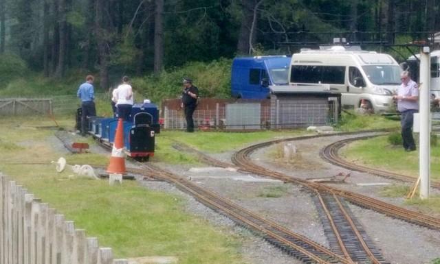 Мини-поезд сошел срельсов вУэльсе, неменее 10 детей пострадали