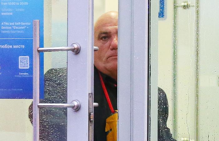 Захватчик заложников вмосковском банке объявил голодовку