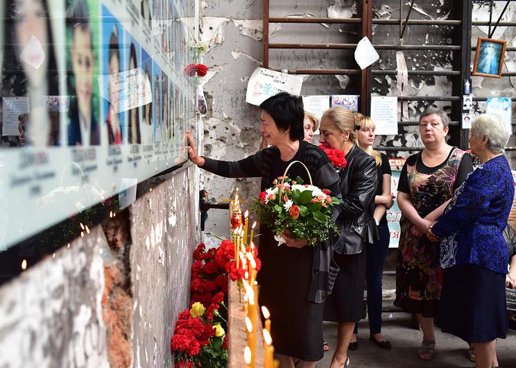 Сотни человек вшколе Беслана почтили память жертв теракта