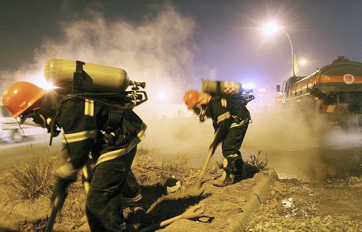 В КНР натрассе перевернулся грузовой автомобиль с20 тоннами концентрированной серной кислоты