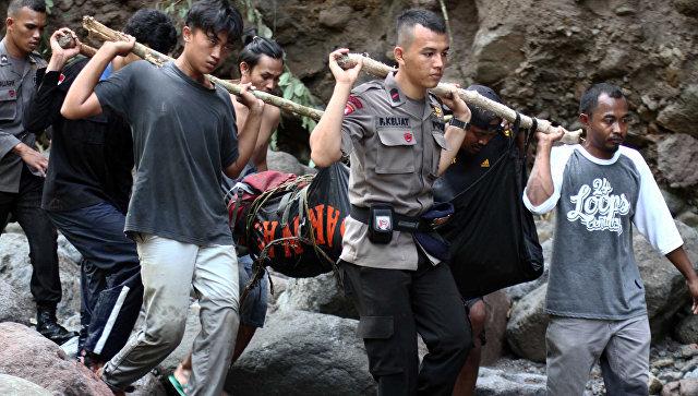 ВИндонезии как минимум 10 человек погибли в итоге оползня