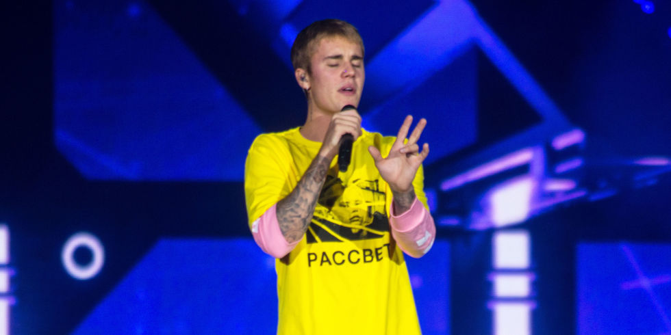 Певец Джастин Бибер выступил в Лондоне в футболке с надписью на русском языке
