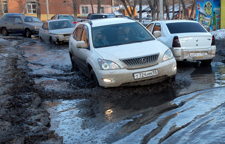 Медведев назвал неудовлетворительным состояние дорог в русских городах